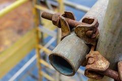 Il morsetto della correzione del doppio dell'impalcatura ed il tubo dell'impalcatura sono impalcatura pi della serratura fotografia stock libera da diritti