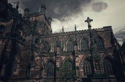 Il mostro osserva sopra la vecchia chiesa Fotografia Stock