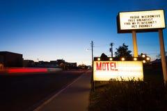 Il motel generico firma dentro il crepuscolo sulla strada Fotografie Stock