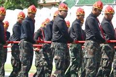 Il moto dei soldati in abbigliamento tradizionale da preparare per assiste al funerale di re fotografia stock libera da diritti
