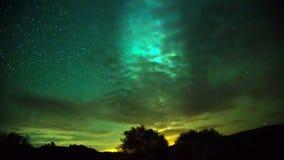 Il moto della Via Lattea attraverso il cielo dietro le nuvole stock footage