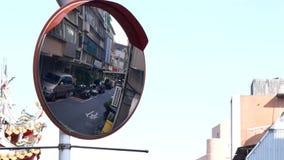 Il moto delle lanterne di carta e riflette lo specchio accanto al tempio cinese nel giorno soleggiato archivi video