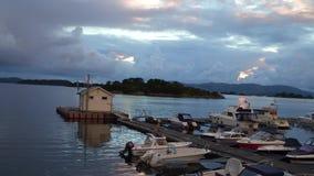 Il moto sopra le barche al pilastro ha sparso sulla piattaforma all'isola in baia stock footage