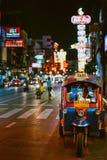 Il moto-taxi famoso di Bangkok chiamato tuk-tuk è un punto di riferimento della città immagini stock libere da diritti