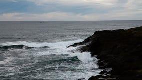 Il moto veloce ondeggia contro Lava Coast Depoe Bay Oregon nero archivi video