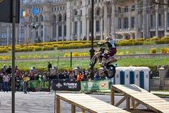 Il motociclista che salta da una rampa Immagine Stock