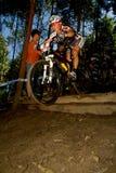 Il motociclista della montagna delle donne di XCO che toglie da cade fuori Fotografia Stock Libera da Diritti
