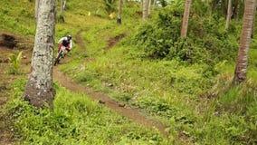 Il motociclista fa concorrenza durante in discesa ed evento della concorrenza di ostacolo stock footage