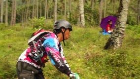 Il motociclista fa concorrenza durante in discesa ed evento della concorrenza di ostacolo archivi video