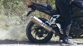 Il motociclista fa un trucco con la ruota posteriore di una bici stock footage