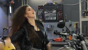 Il motociclista femminile balla sul selettore rotante video d archivio