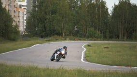 Il motociclista fornisce il giro all'alta velocità - slowmo 180 fps archivi video