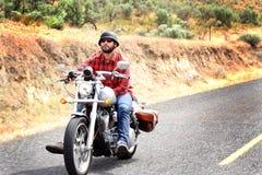 Il motociclista guida rilassato immagine stock
