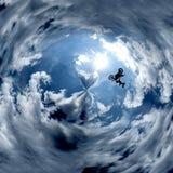 Il motociclista salta fra le nuvole immagini stock libere da diritti