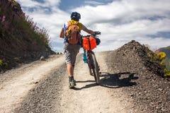 Il motociclista spinge la sua bicicletta su in alte montagne di Caucaso Immagini Stock Libere da Diritti