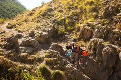 Il motociclista spinge la sua bicicletta su in alte montagne di Caucaso Immagine Stock Libera da Diritti