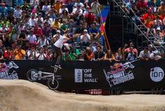 Il motociclista sta sulle barre della maniglia. Immagine Stock Libera da Diritti