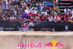 Il motociclista vola attraverso l'aria davanti alla folla Fotografia Stock Libera da Diritti