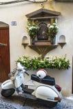 Il motociclo della vespa ha parcheggiato in Cefalu in Sicilia, Italia Immagine Stock Libera da Diritti