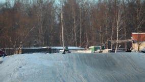 Il motociclo di motocross guida vicino video d archivio