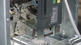 Il motore dell'ingranaggio ricarica la molla in un interruttore automatico a vuoto, si fonde in un grande rack elettrico industri video d archivio
