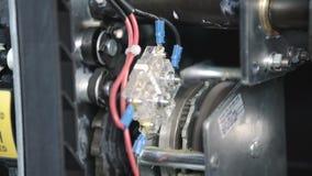 Il motore dell'ingranaggio ricarica la molla in un interruttore automatico a vuoto, si fonde in un grande rack elettrico industri archivi video