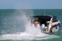 Il motore della barca della velocità sta correndo con la spruzzatura dell'acqua di mare fotografie stock libere da diritti