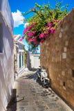 Il motorino ha parcheggiato sulla via stretta di Lindos (Rodi, Grecia) fotografia stock
