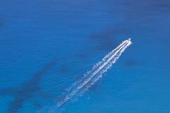 Il motoscafo galleggia nel mare fotografia stock libera da diritti
