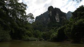 Il motoscafo trasportante di bamb? locale capo alla caverna di corallo, le viste da popolarit? della diga Cheow Lan Dam di Rajjap archivi video