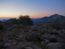 Il Mountain View del tramonto di Rosa con la neve macchia il picco fotografie stock