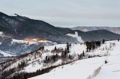 Il Mountain View dell'inverno all'alba di legno recinta la neve, il blu, t verde Immagini Stock Libere da Diritti
