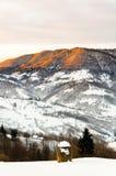 Il Mountain View dell'inverno all'alba, i raggi del ` s del sole splende la cima del mounta Immagine Stock Libera da Diritti