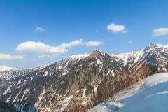 Il Mountain View della neve di Tateyama Kurobe alpino con il fondo del cielo blu Immagine Stock