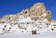 Il Mountain View e la capanna alpina a Giau passano, alpi della dolomia Fotografia Stock