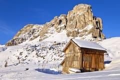 Il Mountain View e la capanna alpina a Giau passano, alpi della dolomia Immagini Stock