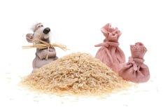 Il mouse dell'argilla con i sacchetti e un mucchio di riso Fotografia Stock