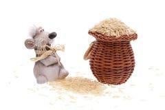 Il mouse dell'argilla con un cestino di riso Fotografie Stock Libere da Diritti