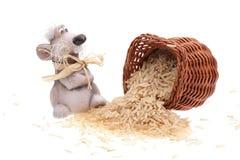 Il mouse dell'argilla con un cestino di riso Fotografie Stock