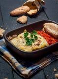 Il moussaka casalingo è servito con pane e chutney (cucina dell'Europa orientale) fotografie stock libere da diritti