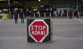 Il movimento carboniero di campagna di Adani di arresto timbrato sul quadrato ha modellato la pietra fotografia stock libera da diritti