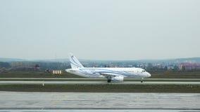 Il movimento degli aerei sul carrello di atterraggio lungo la pista dell'aeroporto archivi video