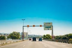 Il movimento dei veicoli sull'autostrada senza pedaggio, l'autostrada A8 si avvicina a Nizza, Fran Immagini Stock Libere da Diritti