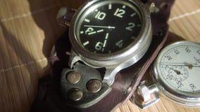 Il movimento delle mani di un orologio Il movimento delle mani di un orologio del quarzo Chiuda su metraggio video d archivio
