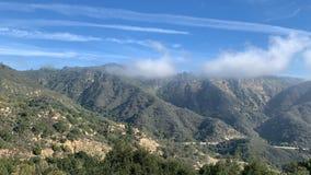 Il movimento delle nuvole nelle montagne di California Chiaro giorno soleggiato archivi video