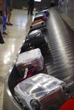 Il movimento di bagaglio su un nastro trasportatore fotografia stock libera da diritti