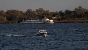 Il movimento di trasporto dell'acqua sul fiume di Dnepr video d archivio