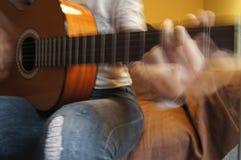 Il movimento di una chitarra di gioco fotografia stock