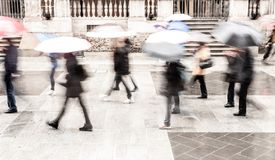 Il movimento ha offuscato intenzionalmente l'immagine astratta degli abbonati in una città europea in giorno piovoso fotografia stock libera da diritti