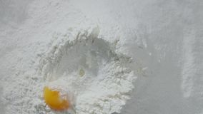 Il movimento lento di caduta eggs nelle azione della farina Alimento del metraggio Egg cadere nella farina, movimento lento Il tu video d archivio